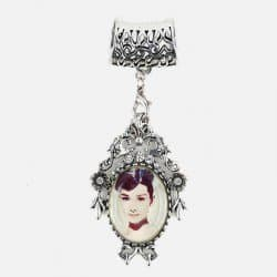 Bijou De Foulard Médaillon Audrey Hepburn 7 X 4.5 Cm